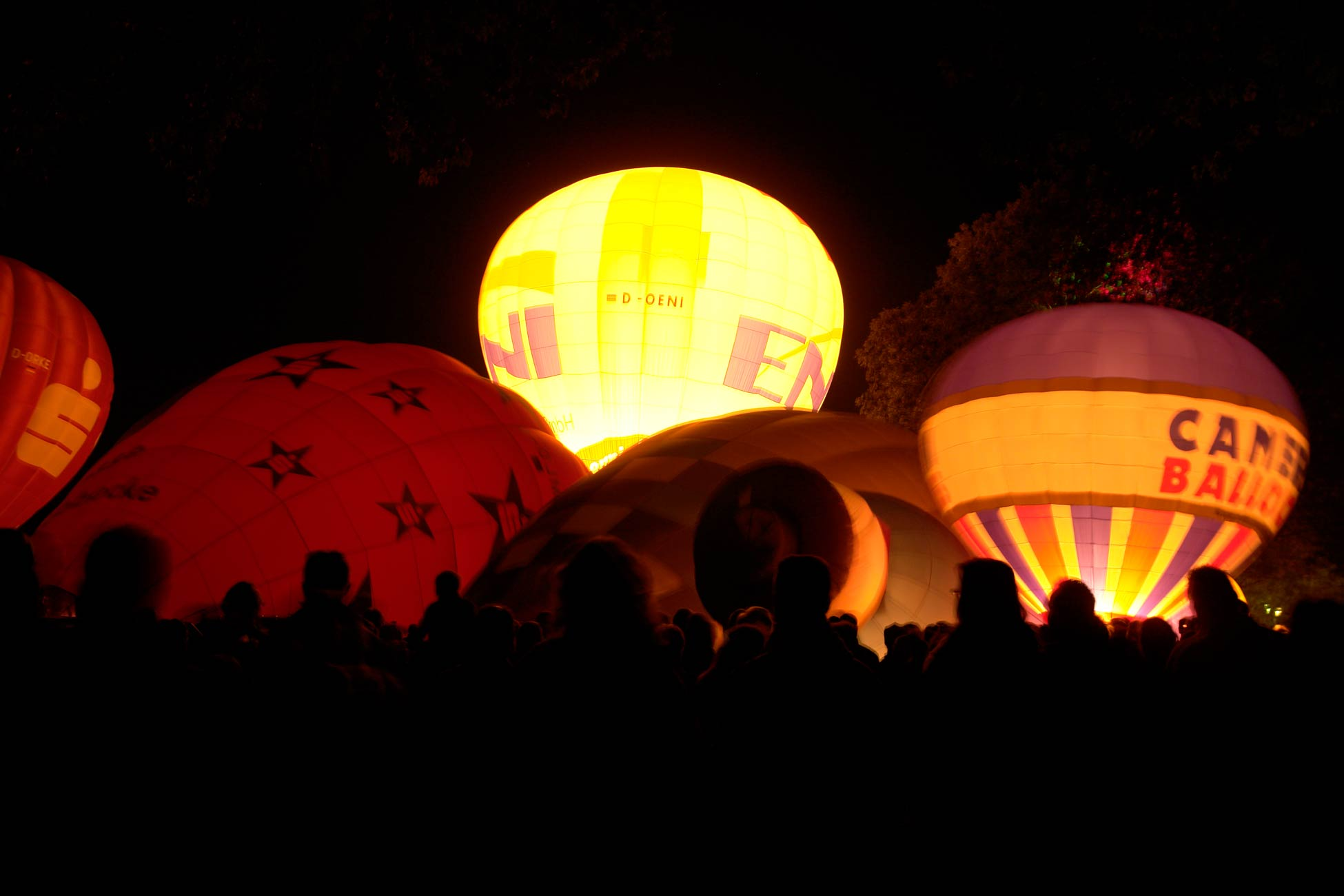 Moers Lichterfest: Heißluftballons im Park