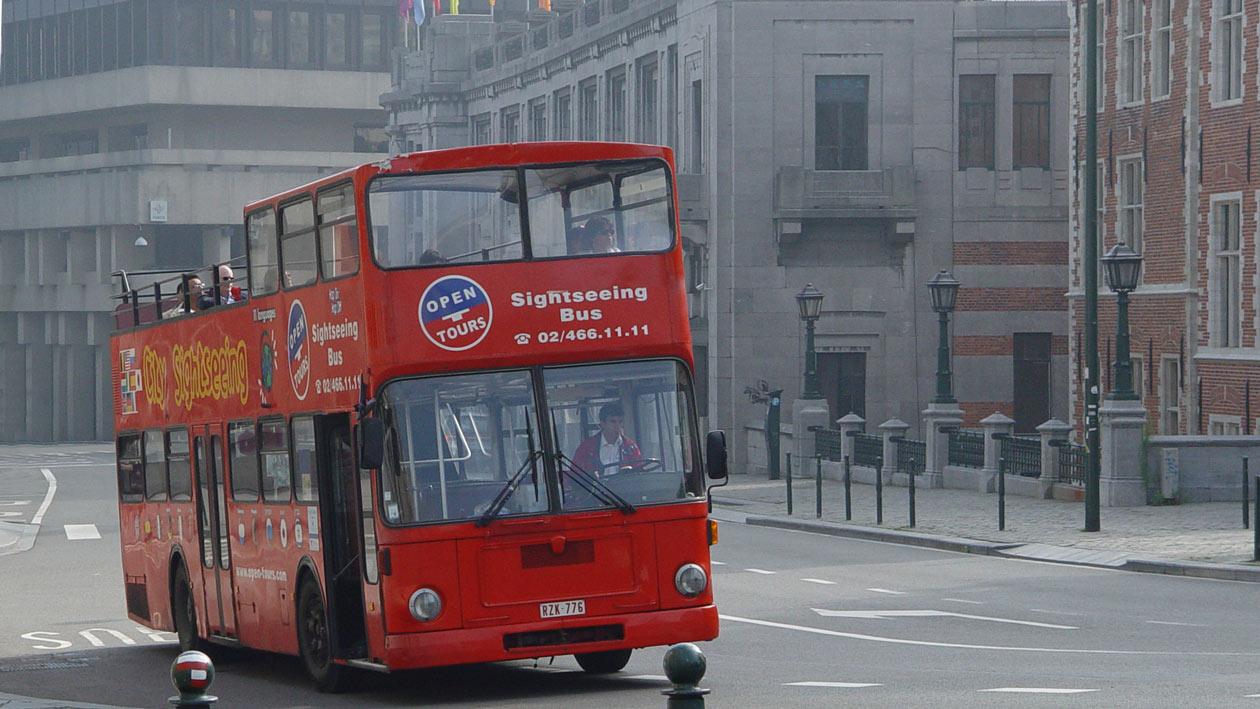 Roter Bus vor dem Europa-Gebäude