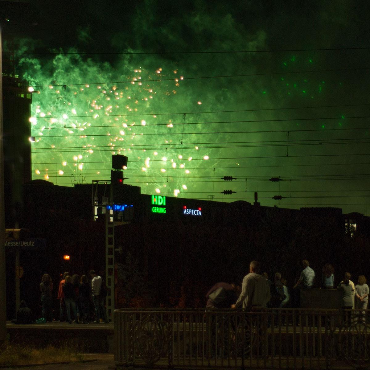 Feuerwerk vor der Kulisse der Deutzer Messe