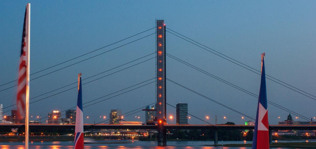 Düsseldorf Rheinbrücke bei Blauer Stunde